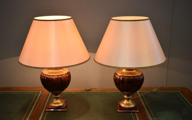 A PAIR OF FRENCH 'LE DAUPHIN' CERAMIC TABLE LAMPS WITH GILT DETAILING (69 CM H)