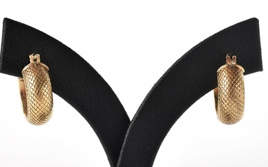 A PAIR OF ITALIAN HOOP EARRINGS IN TEXTURED 9CT GOLD, 2.1GMS