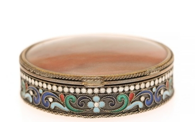 A Soviet parcel-gilt silver and cloisonné enamel powder compact. The lid inserted with agate. Leningrade 1927–1958, 916 standard. Diam. 5.5 cm.