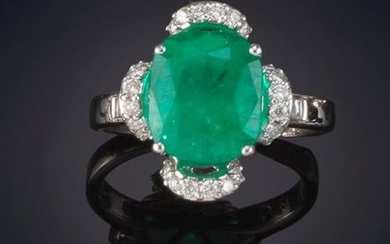 BEAUTIFUL RING WITH AN OVAL SHAPED COLOMBIAN EMERALD...