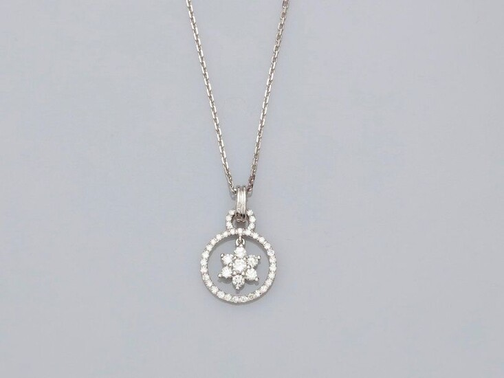 Chain and round pendant set with diamonds in white gold, 750 MM, centered on a mobile six-pointed star covered with diamonds, total approx. 0.60 carat, length 45 cm, spring ring clasp, weight: 3.9gr. rough.