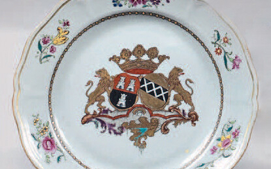 Chinese porcelain plate. Qianlong, 18th century, circa 1765. With a contoured rim, and decorated with the enamels of the