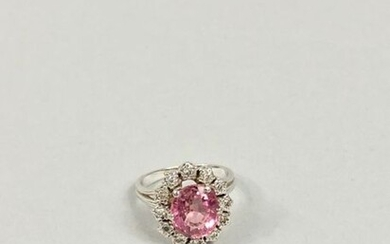 Daisy ring in white gold 750 thousandths adorned with a pink tourmaline (about 3 carats) in a 4.9 g diamond setting.
