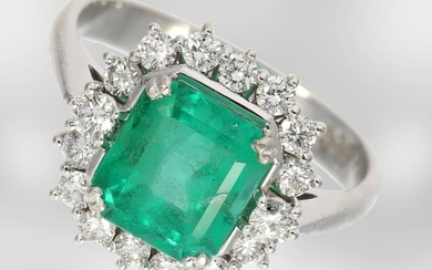 Ring: white gold emerald ring with diamonds, total...
