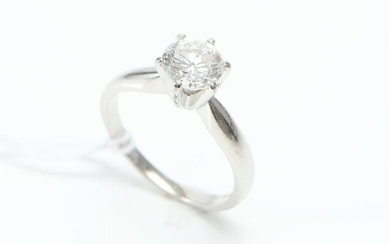 A DIAMOND SOLITAIRE RING IN PLATINUM, FEATURING A ROUND BRILLIANT CUT DIAMOND OF 1.02CTS, SIZE I, 4.1GMS