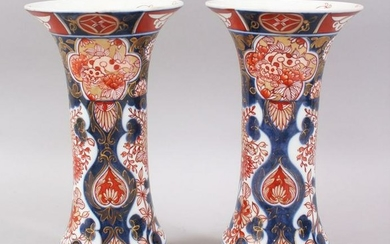 A PAIR OF 18TH CENTURY JAPANESE IMARI PORCELAIN FLUTED