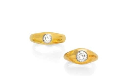 A PAIR OF DIAMOND AND GOLD RINGS, ca. 1960.