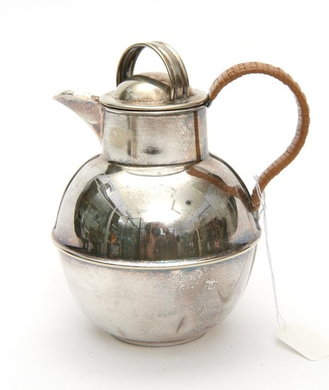 A SILVER PLATED CREAM JUG WITH WICKER HANDLE H.15CM