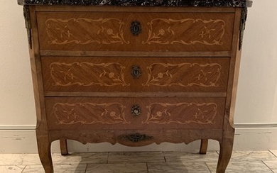 A rosewood Rococo style chest of drawers, inlaid with light wood, marble top. 20th century. H. 78. W. 83. D. 42 cm.