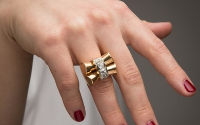 ANNEES 1940 BAGUE CHEVALIERE NOEUD PAPILLON A diamond and gold ring, circa 1940.