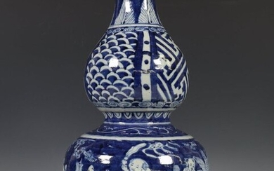 China, blue-white porcelain gourd-shaped vase, 19th/20th century, the...