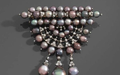 FRONT CORROSION in 14K (585) yellow gold and silver, composed of concentric rows of fine pearls in aubergine cameo decorated with old-cut diamonds, holding three larger drop-shaped pearls in pendants.