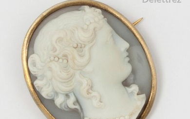 Oval metal brooch, adorned with a cameo on agate representing a woman in profile adorned with pearls. Dimensions: 3.2 x 3.7cm.