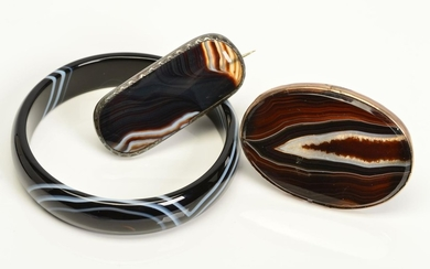 THREE PIECES OF BANDED AGATE JEWELLERY, to include a D shape...