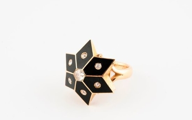 Yellow gold ring (750) with a star-shaped plate,...