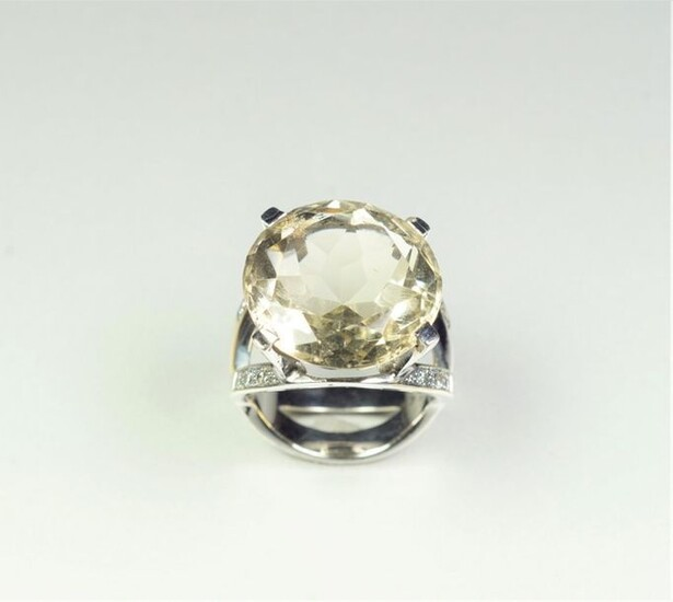 18K (750/oo) white gold ring centered on a large round...