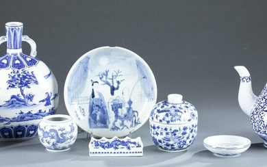 8 Chinese blue and white porcelain pieces.