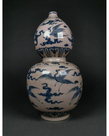 A CHINESE BLUE AND WHITE PORCELAIN DOUBLE GOURD VASE
