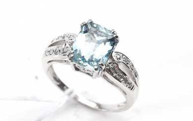 AN AQUAMARINE AND DIAMOND RING IN 18CT WHITE GOLD, SIZE L, 5GMS