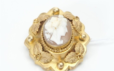 AN EARLY VICTORIAN CAMEO BROOCH IN PINCHBECK, LENGTH 50MM