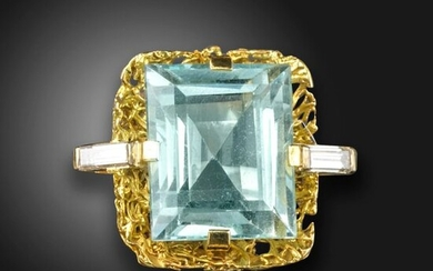 An aquamarine and diamond abstract ring, the rectangular step-cut aquamarine is set within textured yellow gold surround with baguette-shaped diamond shoulders, size M