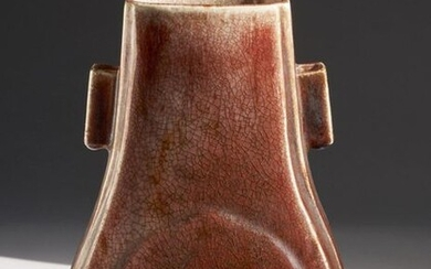 Chinese Art. A framboise glazed arrow shaped porcelain vase bearing a four character mark at the base China, Qing dynasty, 18th century or later . Cm 18,00 x 29,00.
