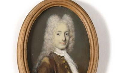 Early 18th century French School Portrait of a man in brown dress Oval miniature under glass in a wooden frame Height 8 cm - Width 5.5 cm