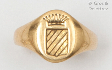 """Yellow gold """"Chevalière"""" ring, engraved with a coat of arms under a count's crown. Finger size : 55. P. 4,8g"""