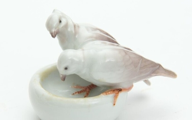 A CONTINENTAL PORCELAIN BIRDS AT BATH FIGURE GROUP, H.7CM, LEONARD JOEL LOCAL DELIVERY SIZE: SMALL