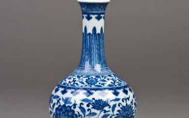A Chinese blue and white porcelain long-neck vase