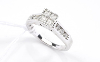 A DIAMOND DRESS RING IN 18CT WHITE GOLD, SIZE K, 4.1GMS