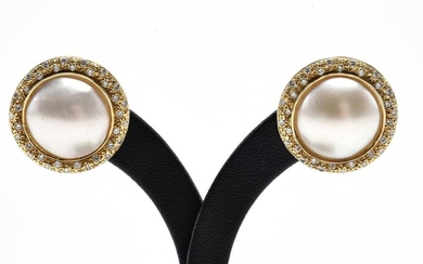 A PAIR OF MABE PEARL AND DIAMOND EARRINGS, TO POST AND BUTTERFLY FITTINGS, IN 18CT GOLD, DIAMETER OF EACH EARRING 21MM, 10.2GMS