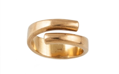 AN 18CT YELLOW GOLD CROSSOVER DRESS RING, size O, 11.7gms