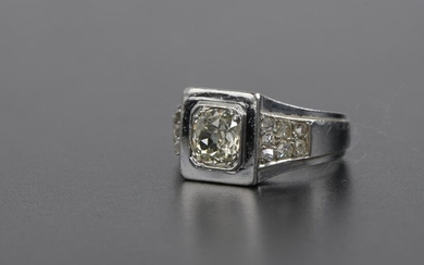 Ring in platinum 950 thousandths, the square bezel set closed with a round old cut diamond of about 1.5 ct, shouldered with seven small pink cut diamonds on both sides (deformed ring).