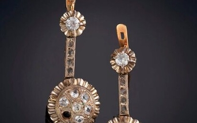 LONG OLD SEMI-RIGID EARRINGS. Pink gold frame with platinum front. Perfect. Output: 100.00 Euros. (16.639 Ptas.)