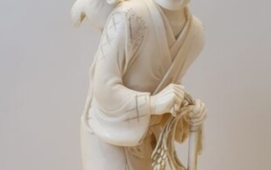 Okimono - Ivory - Farmer with hoe, ear of rice and rooster - With signature and seal at bottom - Japan - Meiji period (1868-1912)