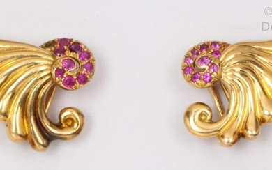 "Pair of ear clips "" Volute "" in yellow gold gadrooned with rubies. Longueur : 2.2cm. P. Brut : 12,9g."
