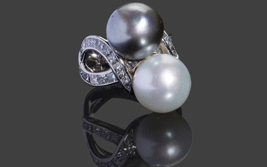 Ring in 750 thousandths white gold, interlaced ring set with princess cut diamonds and adorned with two South Sea pearls: one white and one grey (13.4 and 13 mm) 16.2 g, size 55.