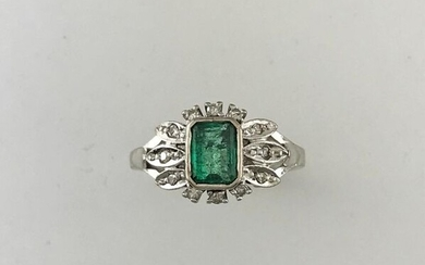Ring in white gold 750°/°°° set with an emerald in a leafy setting of diamonds, Circa 1950, (grey), Gross weight: 5,21g