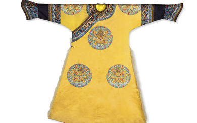 TRES RARE ROBE IMPERIALE SEMI-FORMELLE EN SOIE BRODEE A FOND JAUNE, LONGPAO, CHINE, DYNASTIE QING, EPOQUE JIAQING (1796-1820)