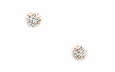 18 carat pink gold cluster diamond ear studs. Each stud is set with a center diamond of ca. 0.10 ct. and twelve smaller brilliant cut diamonds surrounding. Total ca. 0.40 ct. of diamonds. Gross weight: 2.3 g.