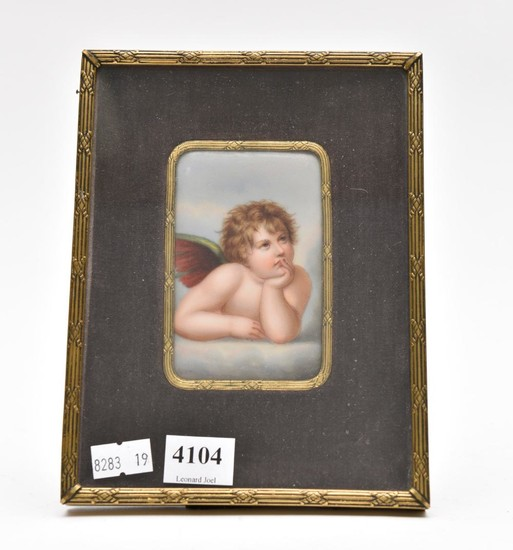 A MINIATURE HAND-PAINTED PORCELAIN CHERUB PLAQUE, 19TH CENTURY, IN LATER GILT METAL FRAME, 18 X 14CM