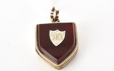 AN ANTIQUE SHIELD PENDANT IN 9CT GOLD, 34MM X 20MM, 7.6GMS