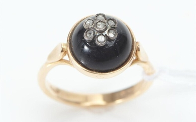 AN ANTIQUE STYLE DOMED RING IN 14CT GOLD FEATURING ROSE CUT DIAMONDS ON A ROUND ONYX CUT EN CABOCHON, SIZE L, 3.8GMS