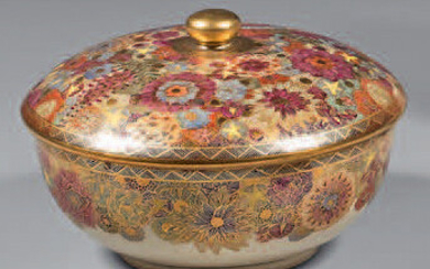 Box and its lid made of fine Japanese earthenware (Satsuma). Late 19th-early 20th century, mark at the base. Polychrome and gold decoration of a semi of flowers, braid on the edge.