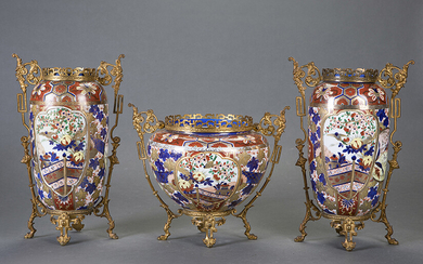 Garnish made up of two vases and a centerpiece. In oriental Imari porcelain with French gilt bronze mounts, 19th century. Height of vases: 38 cm. Centre: 28 cm. Exit: 600uros. (99.832 Ptas.)