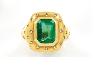 RING in 18K yellow gold holding an emerald of about...