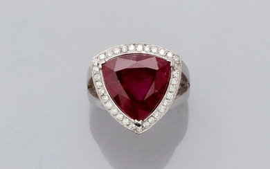 Ring in white gold, 750 MM, set with a beautiful triangular cut rubellite weighing 8.91 carats finely hemmed with brilliants, side 17 mm, size: 53, weight: 12.55gr. gross.