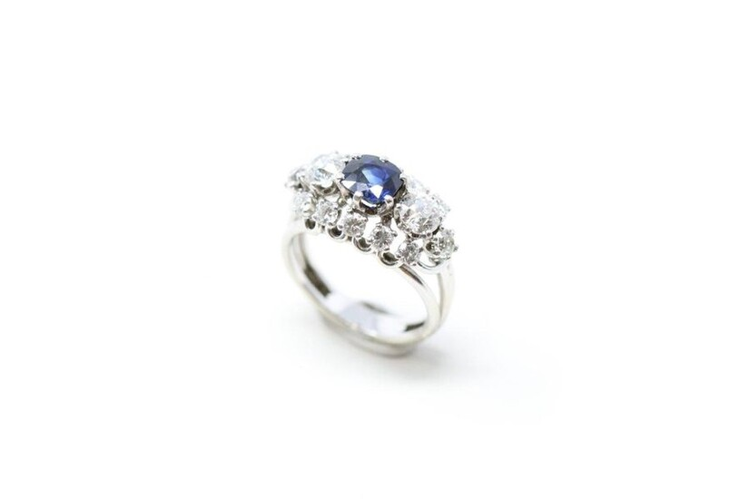 18K (750) white gold ring set with a cushion sapphire...