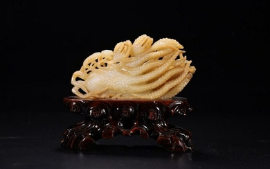 A HETIAN JADE CARVED CHAYOTE SHAPED ORNAMENT